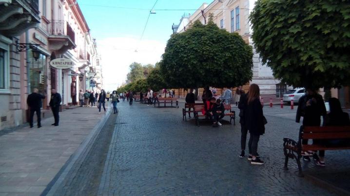 Чернівці виходять з карантину: вулиця Кобилянської наповнена людьми