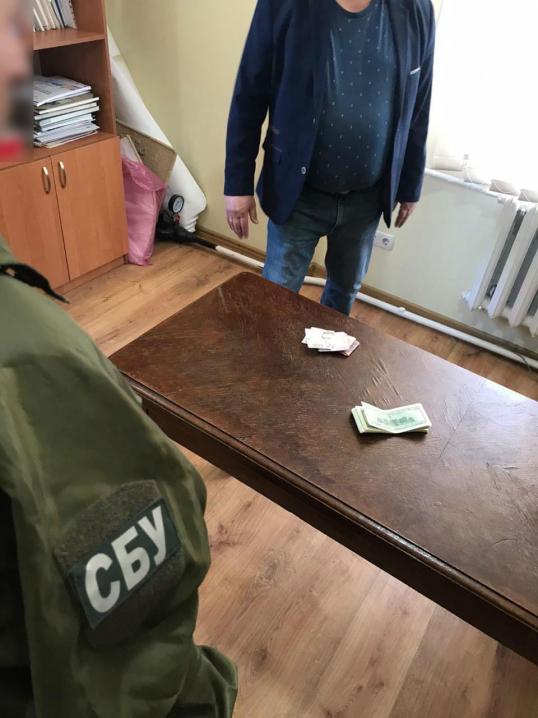 Хабар в 4 тис доларів: на Буковині викрили депутата міськради
