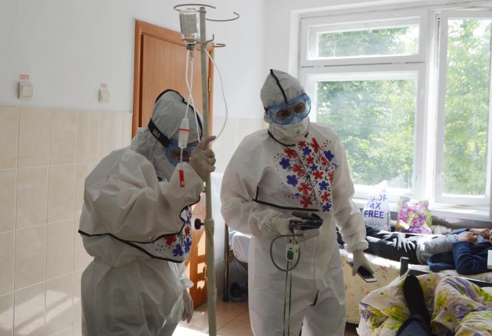 Медсестра Кіцманської ЦРЛ розмалювала вишитими орнаментами захисні костюми медиків