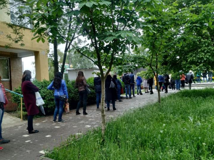 Чернівчани утворили 10-метрову чергу в очікуванні на тролейбус