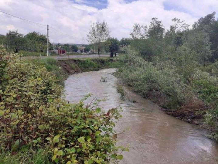 На Кіцманщині через дощі річка змила частину дороги