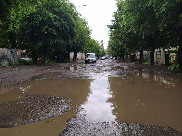 Яма на ямі:  у Чернівцях і досі не відремонтували вулицю Кармелюка