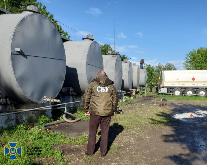 На Буковині викрили виробництво підпільного пального  на понад 3,5 мільйона гривень