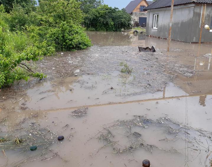 Підтоплені будинки та городи: після зливи у Хотині дороги перетворились на річки