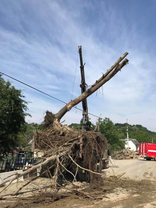 Постраждалим буковинцям боротися з наслідками повені допомагають прикордонники та рятувальники