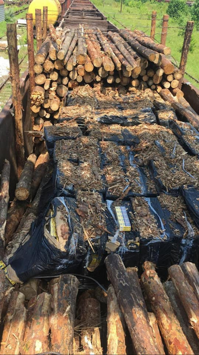 Приховували 50 ящиків під деревиною: у вагоні потяга знайшли сигарети
