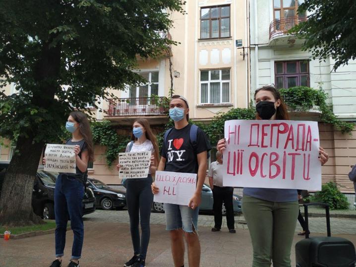 Молодь Буковини мітингує від стінами ОДА