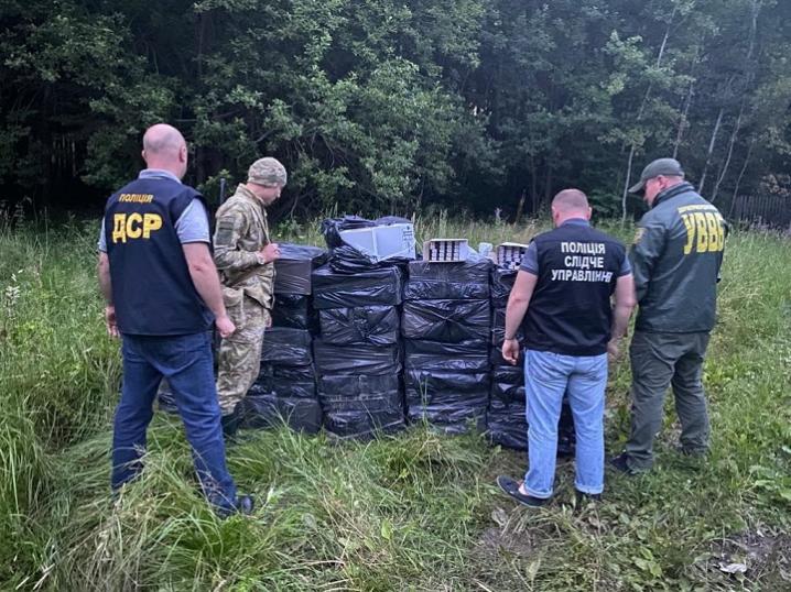 Буковинські правоохоронці виявили схованку пачкарів на понад півмільйона гривень