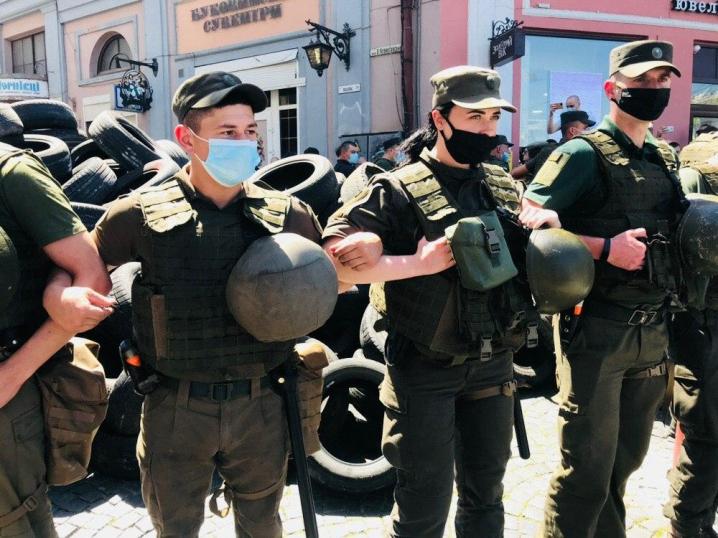 Сотні правоохоронців прибирають шини, які принесли протестувальники