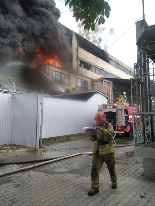 У Чернівцях масштабна пожежа на вулиці Прутській
