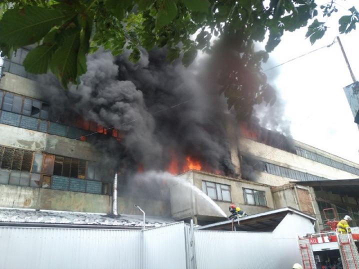 Вогонь охопив близько 2 тисяч квадратних метрів: про пожежу на вулиці  Прутській