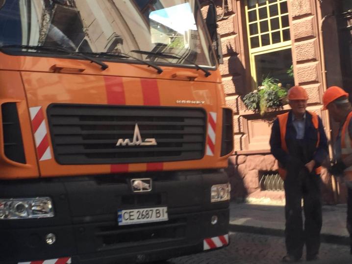 На вулиці Університетській тролейбусні контактні мережі впали на легковий автомобіль