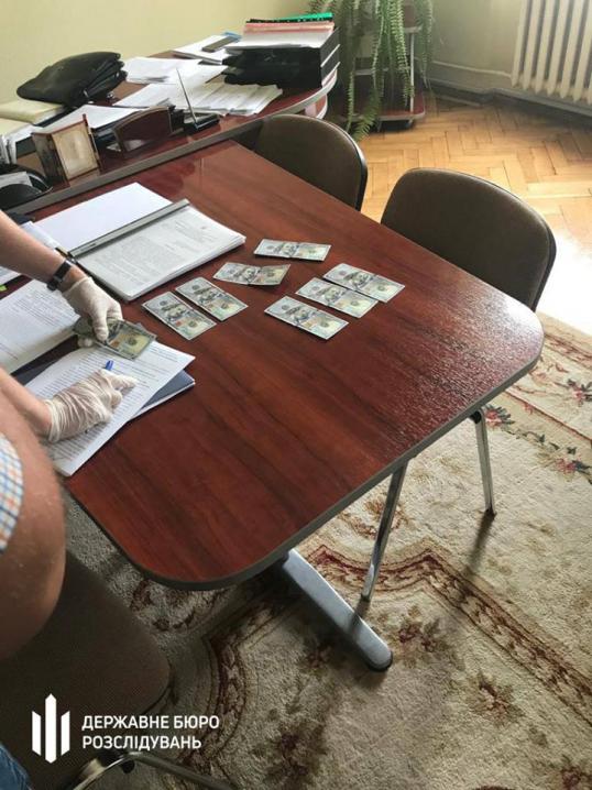 Під час отримання хабара 800 доларів затримали чиновника Чернівецької ОДА