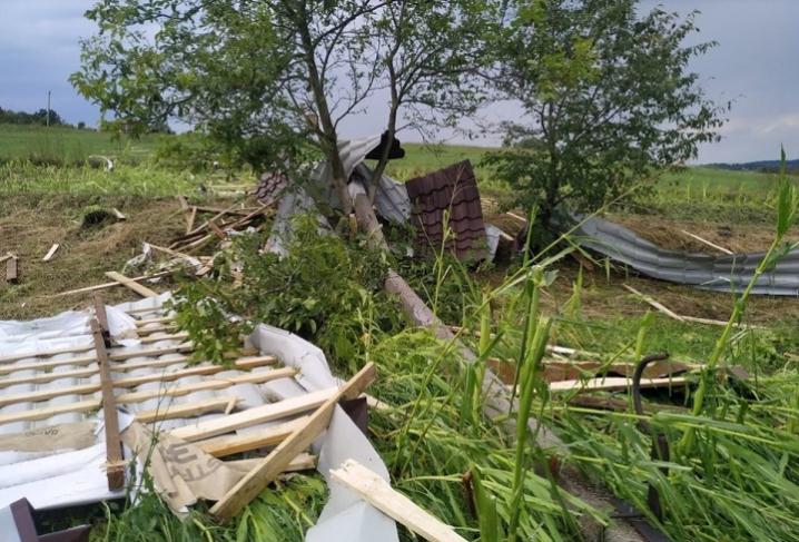 Негода на Сторожинеччині наробила лиха: вітер зірвав дахи з будинків