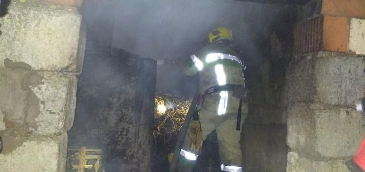 На Новоселиччині спалахнула пожежа в господарській будівлі