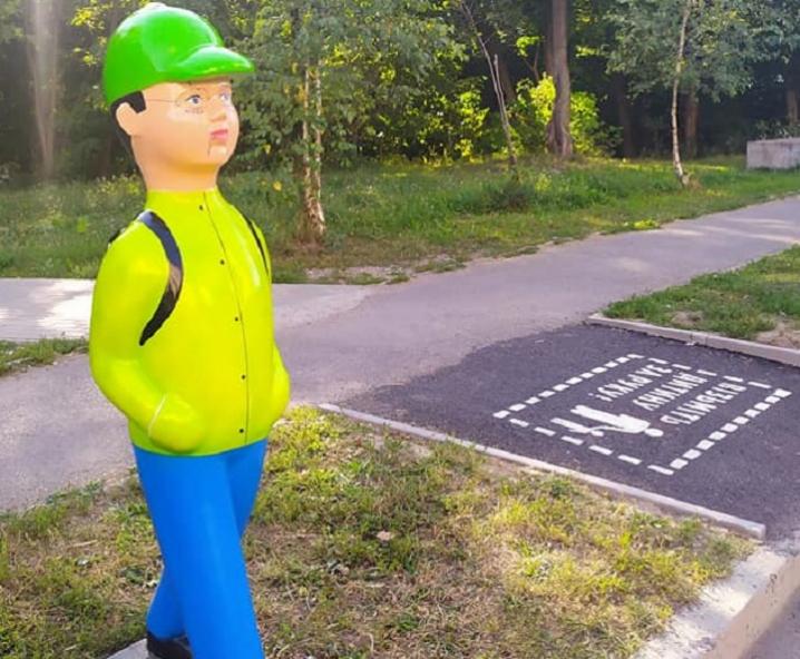 На пішохідних переходах Чернівців продовжують встановлювати манекени школярів