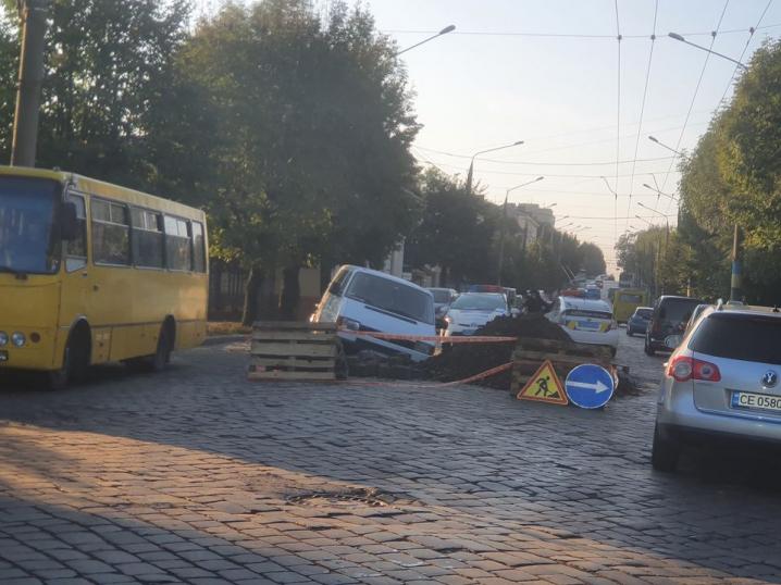 ДТП у Чернівцях: п'яний водій мікроавтобуса влетів у яму