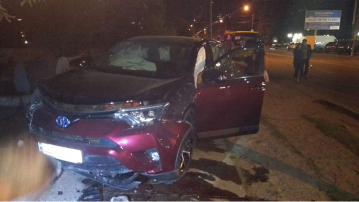 У Чернівцях на вулиці Головній ДТП: автівка влетіла в огорожу