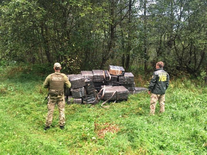 Контрабанда на півмільйона гривень: на Буковині затримали пачкарів