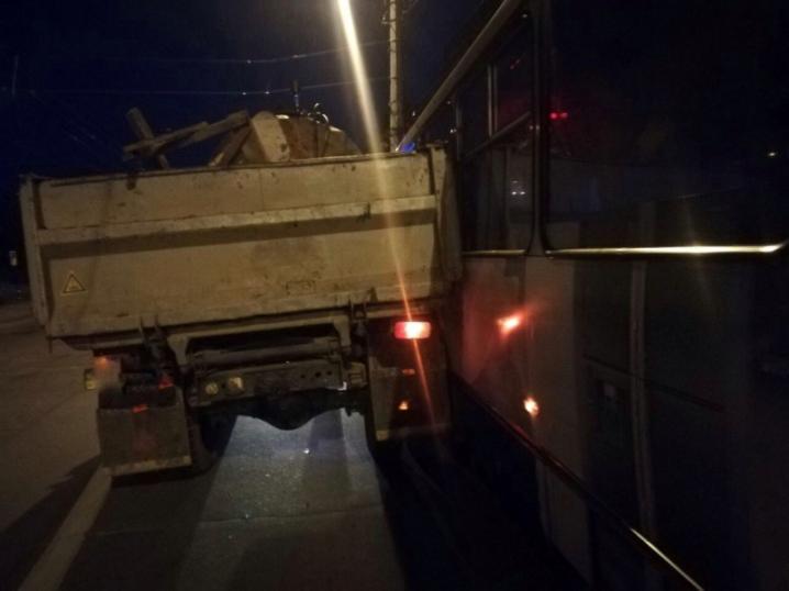 Заснув за кермом: у Чернівцях ЗІЛ зіткнувся з тролейбусом