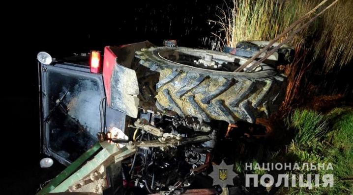 На Буковині трактор перекинувся у водойму: водій помер на місці