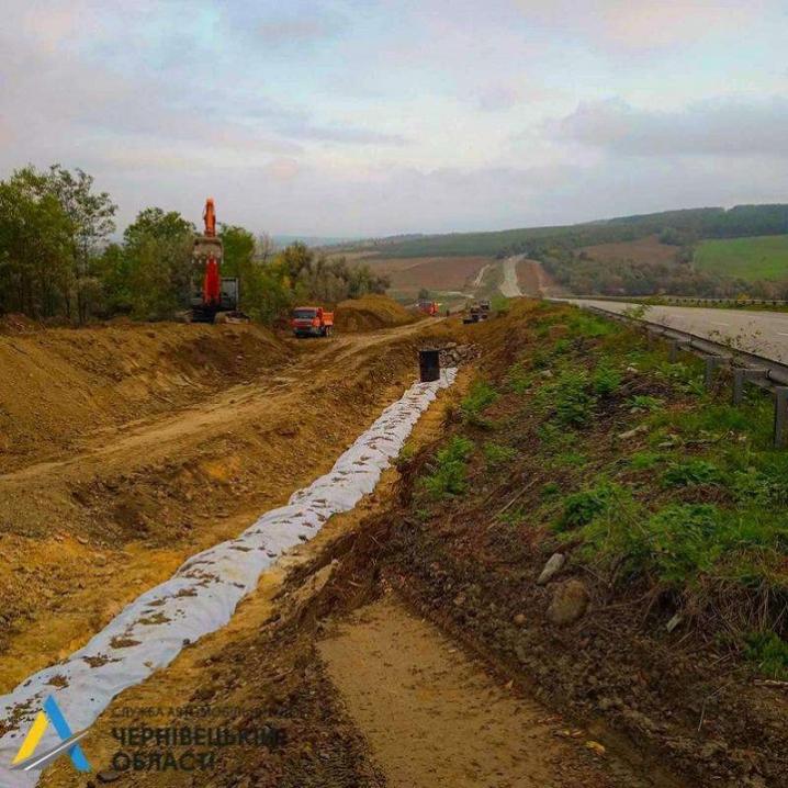 На автодорозі Житомир-Чернівці укріплюють відкоси земляного полотна