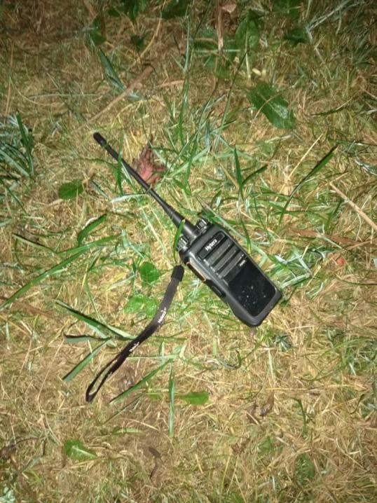 Буковинські прикордонники знайшли у лісових хащах сигарети та затримали чоловіка з радіостанцією