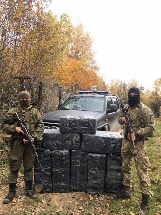 Четверо затриманих на кордоні: на Буковині виявили контрабандних цигарок на мільйон гривень