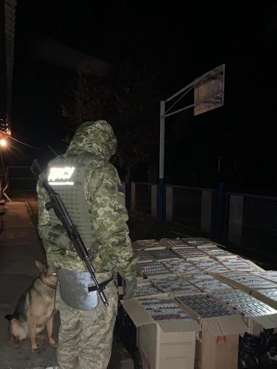 На Буковині контрабандисти залишили у лісі 15 тисяч пачок цигарок