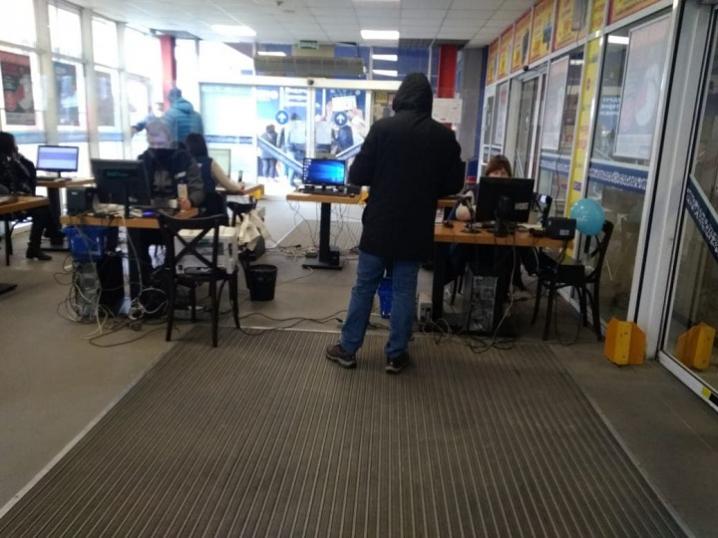 Чернівецький магазин будівельних матеріалів працює у «локдаун» вихідного дня: на місце події виїхала поліція