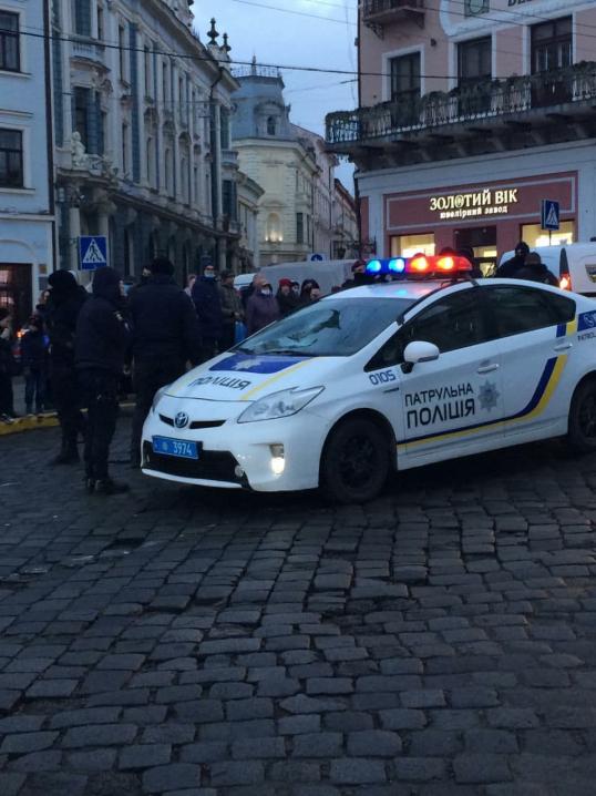 У Чернівцях біля міської ради авто патрульної поліції збило жінку(ФОТО)