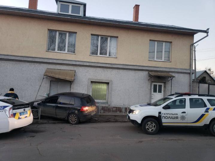 У Чернівцях п'яний водій протаранив паркан і в'їхав у будинок