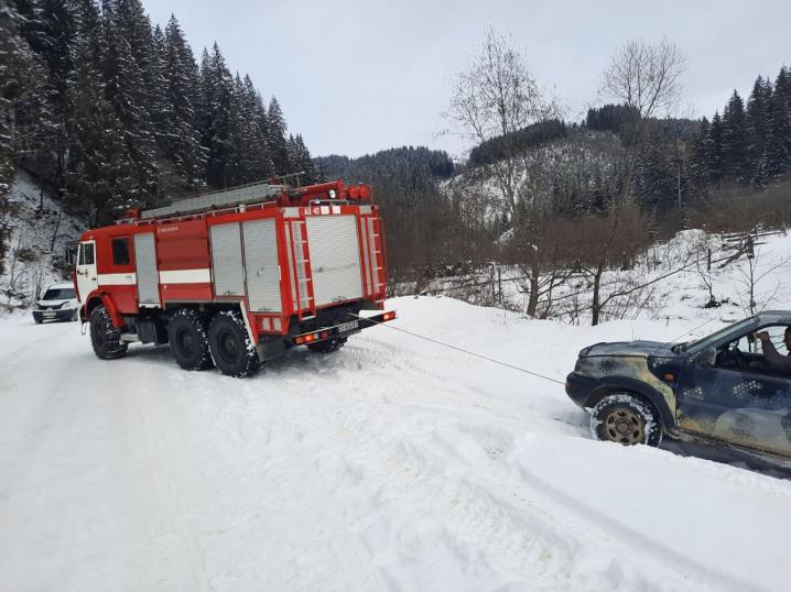 На Путильщині автівка з'їхала в кювет
