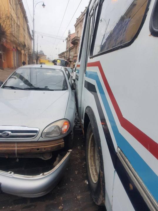 ДТП на зупинці громадського транспорту: у Чернівцях зіткнулись маршрутка і таксі