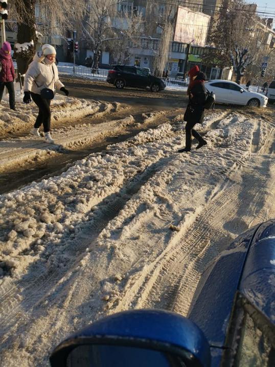 Чернівчани обурені неспроможністю нової влади почистити від снігу дороги та тротуари