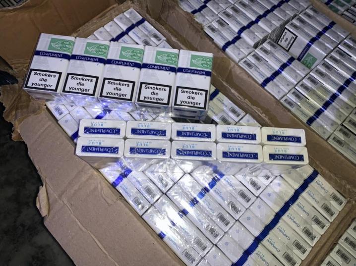 Зупиняли пострілами у повітря: на Буковині прикордонники вилучили у контрабандистів 12 тисяч пачок цигарок