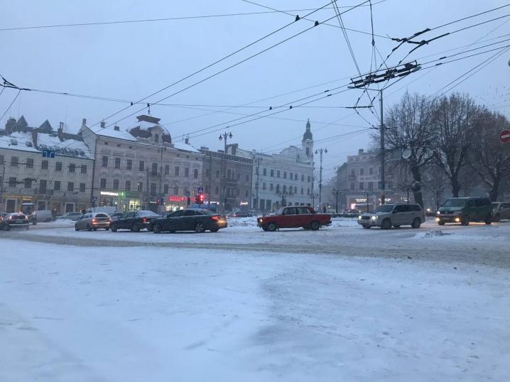 Хуртовина в Чернівцях: зупинки переповнені людьми, а тролейбуси перестануть курсувати