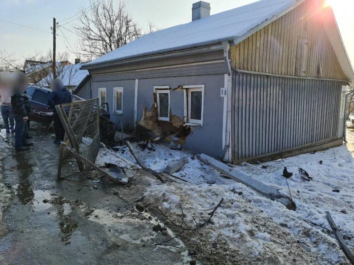 У Садгорі автівка протаранила паркан та врізалась у будинок: водій з місця події втік