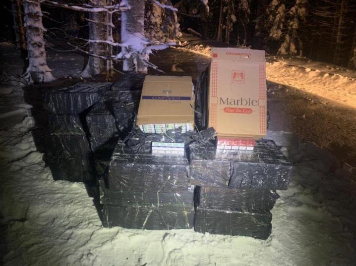 Буковинські контрабандисти залишилиши 16 тисяч пачок цигарок втікаючи від прикордонників