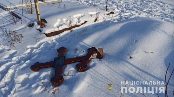На Буковині невідомі знищили 14 надгробних хрестів на кладовищі