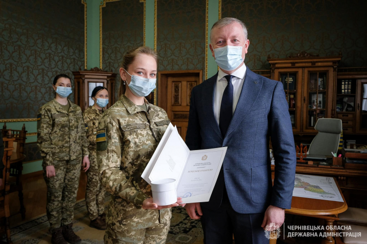 Військові, поліціянтки, прикордонниці, лікарки: голова Чернівецької ОДА нагородив буковинок