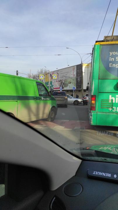 ДТП біля Формаркету: тролейбус в'їхав у BMW