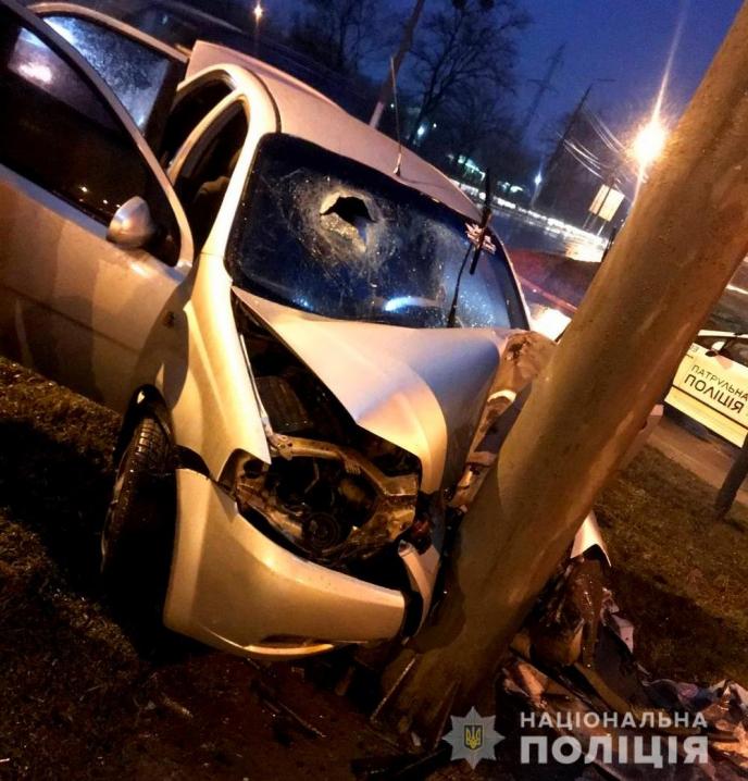 Обійняв бетонний стовп: у Чернівцях сталося ДТП, де травмувалась неповнолітня пасажирка