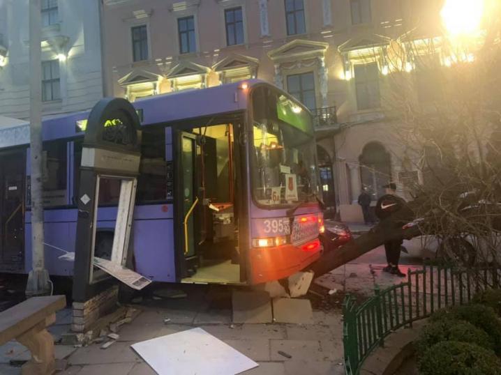 У центрі Чернівців сталася ДТП: тролейбус в'їхав у клумби та протаранив автомобіль