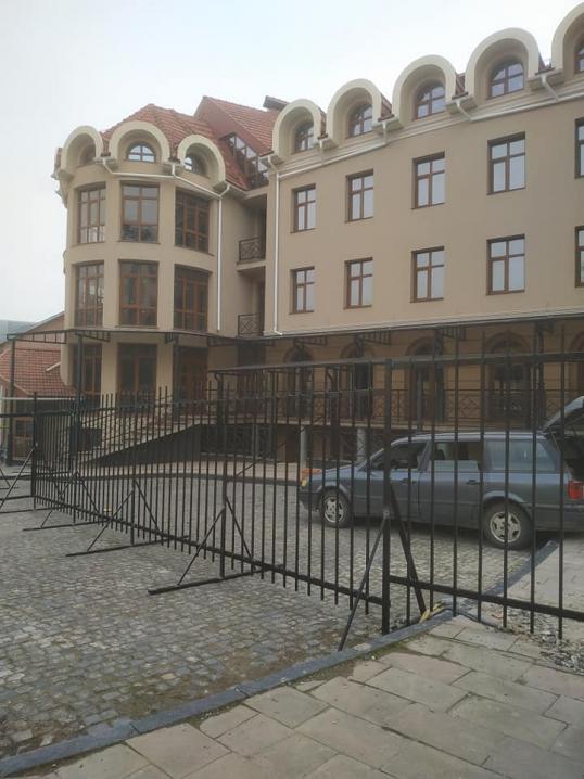 У центрі Чернівців, на площі Пресвятої Марії, встановили залізний паркан