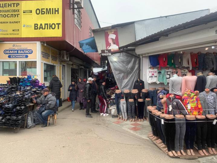 """""""Яблуку ніде впасти"""": як працює Калинівський ринок (ФОТО)"""