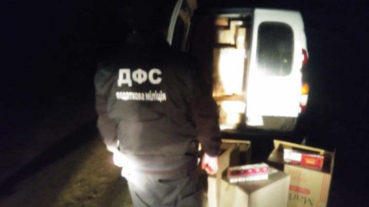 Без товару та автівки: на Буковині вилучили контрабанду цигарок вартістю 500 тисяч гривень