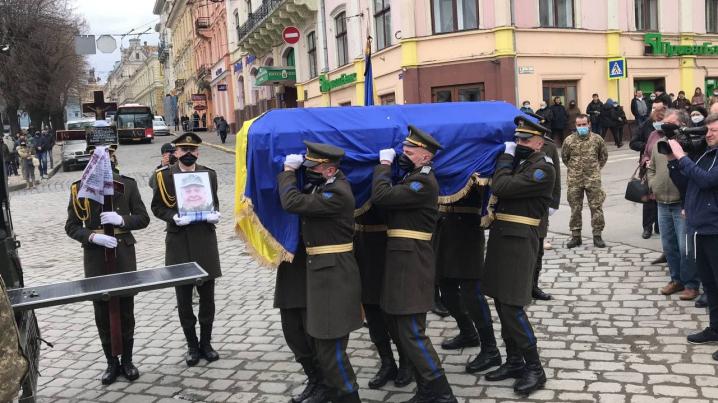 У Чернівцях прощаються із загиблим Героєм Олексієм Мамчієм (ФОТО)