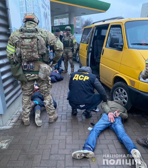 Вимагали віддати неіснуючий борг та забрали авто: на Буковині затримали зловмисників