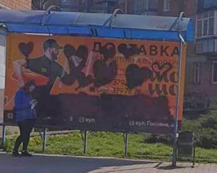 «Війна графітчиків»: журналіст поновив надпис «Мер барига» на незаконній рекламі піцерії Клічука